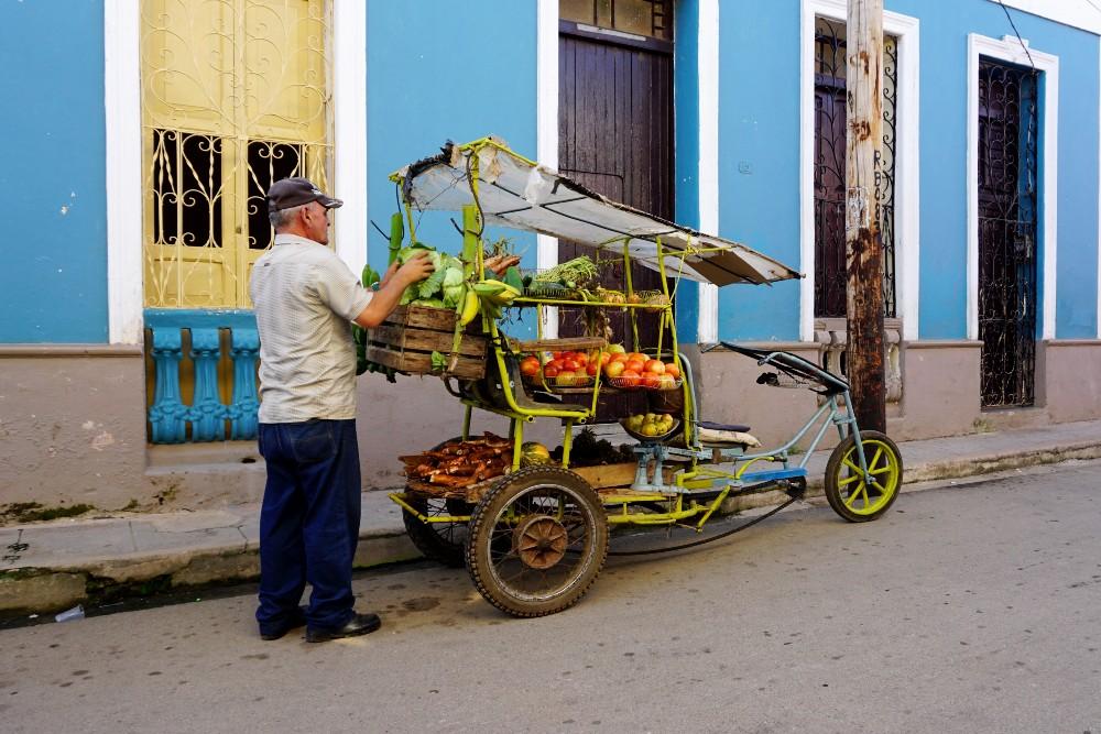 Case colorate e fruttivendolo per le strade di Remedios a Cuba