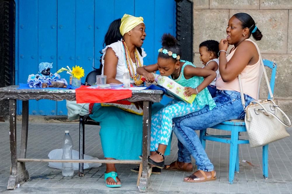Persone e colori nell'Habana Vieja a Cuba