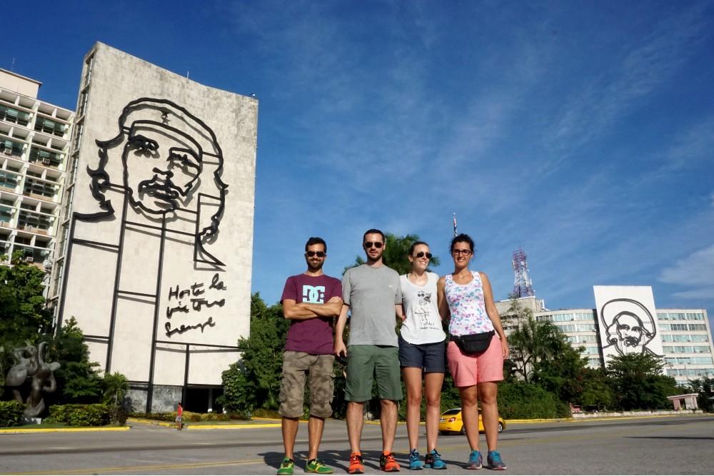 Viaggio a Cuba: Plaza de la Revolución con i murales di Che Guevara e Camilo Cienfuegos a L'Avana