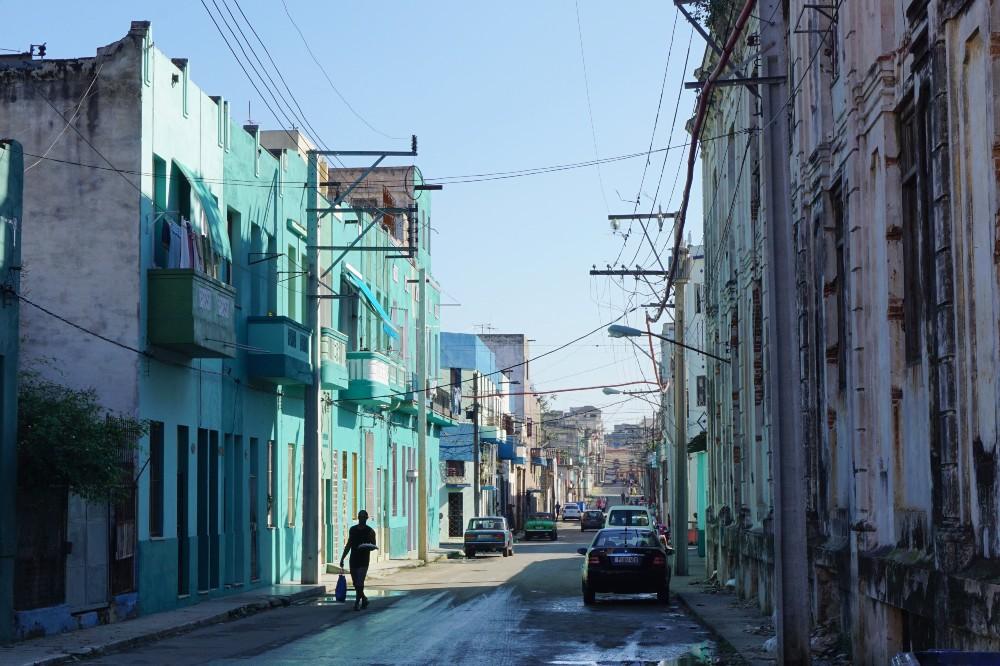 Strade de L'Avana a Cuba con case colorate e fili elettrici sospesi