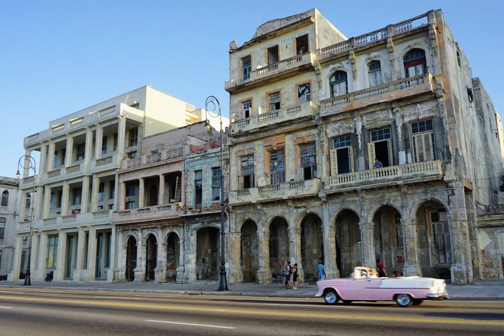 Viaggio a Cuba: il Malecón de L'Avana con gli edifici corrosi dall'oceano