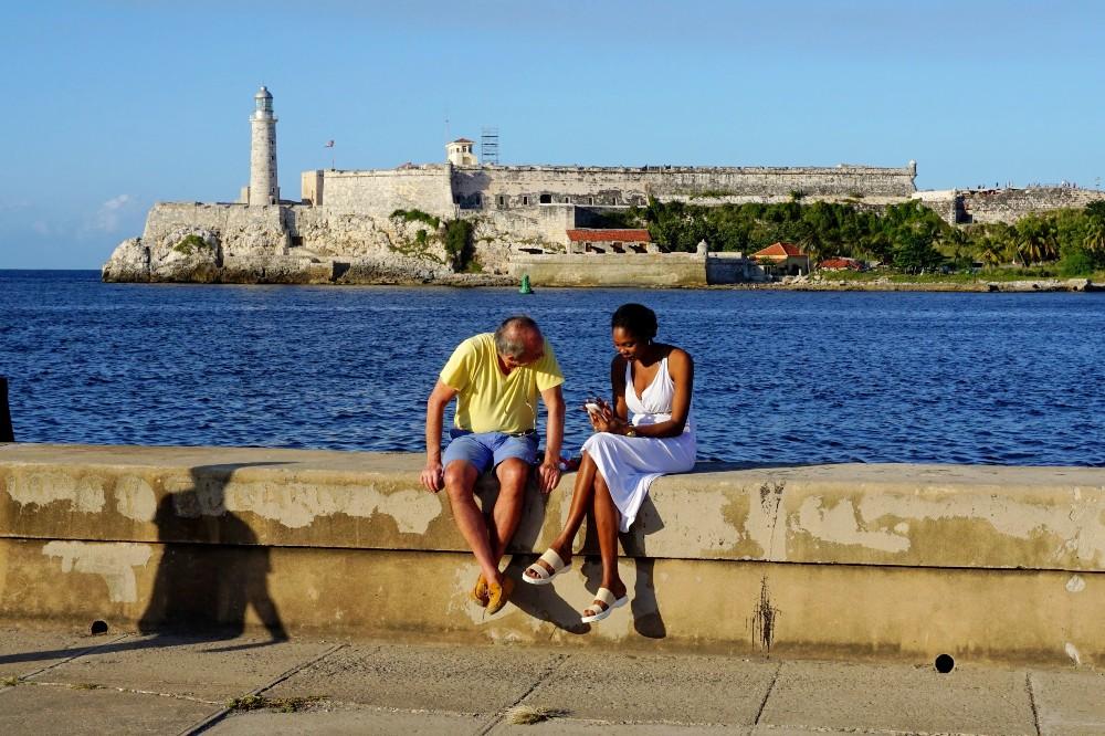 Coppia di innamorati lungo il Malecón de L'Avana a Cuba