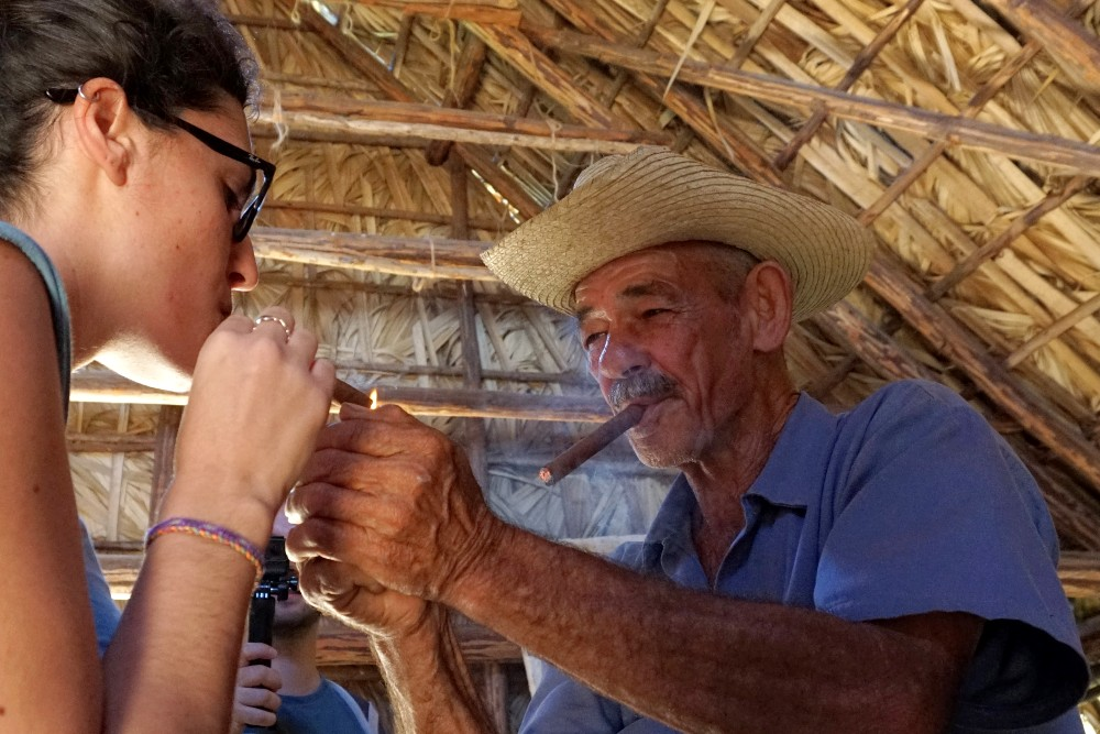 Guajiro con sigaro alla Finca La Roja nei dintorni di Viñales a Cuba