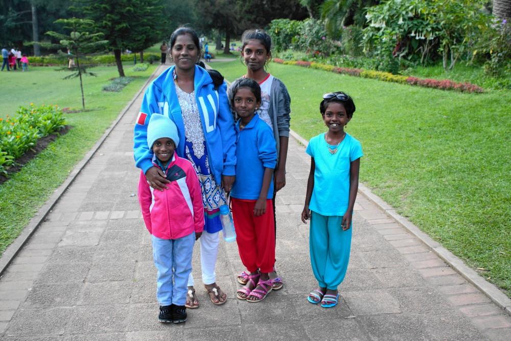 Curiosità sullo Sri Lanka: famiglia tamil nel Victoria Park di Nuwara Eliya