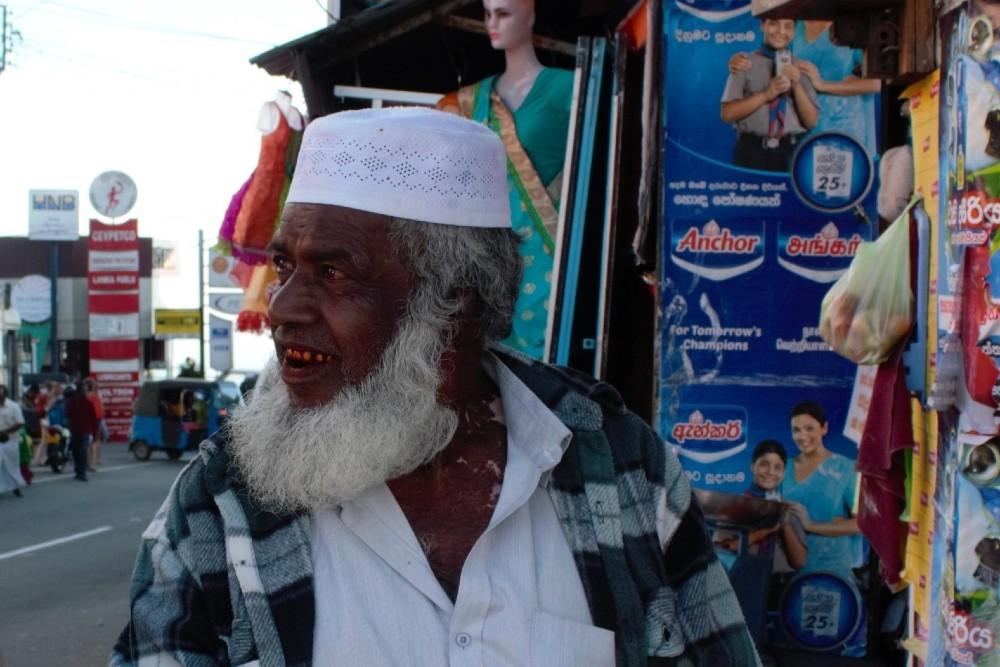 Curiosità sullo Sri Lanka: signore tamil che mastica una noce di betel ad Haputale