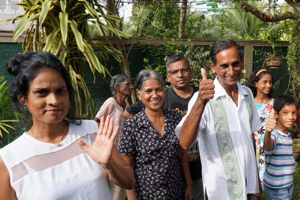 Curiosità sullo Sri Lanka: famiglia singalese a Colombo che ci saluta