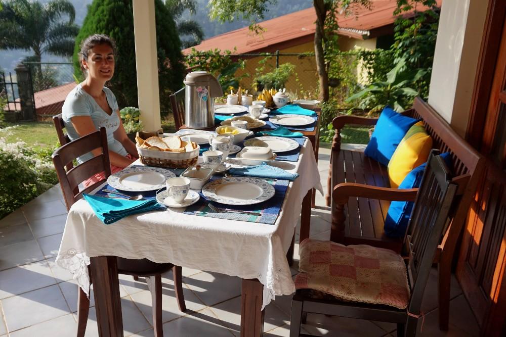 Curiosità sullo Sri Lanka: tavola apparecchiata con acqua calda nella guesthouse di Kandy
