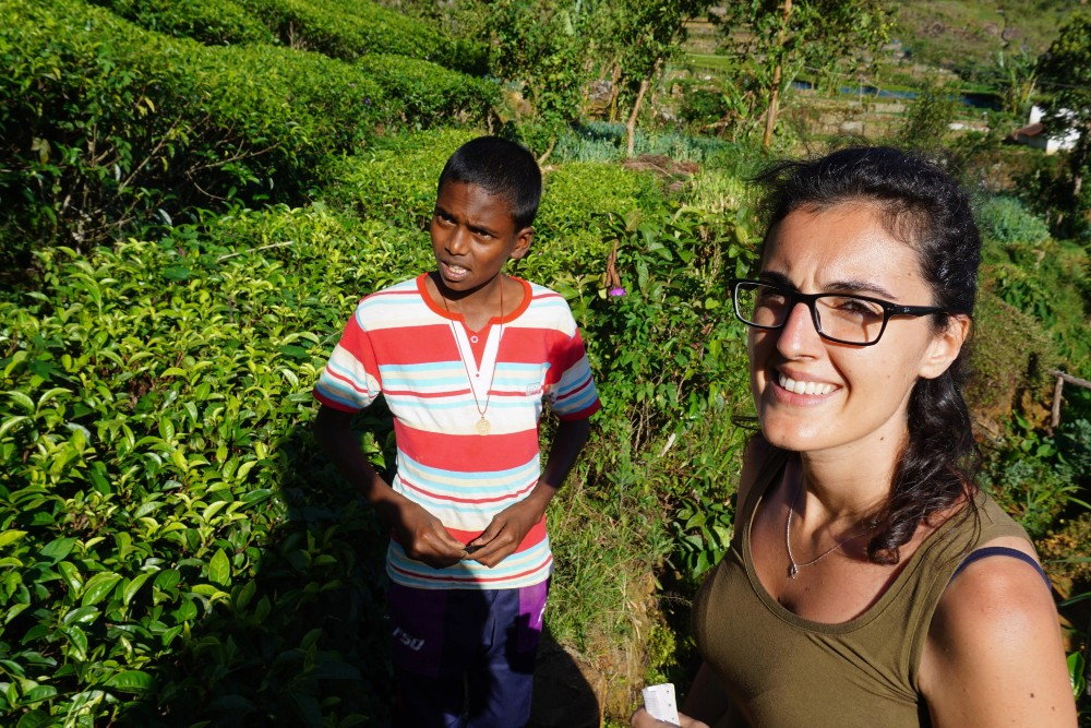 Curiosità sullo Sri Lanka: conversazione in inglese con bimbo tamil nelle piantagioni di thè ad Haputale