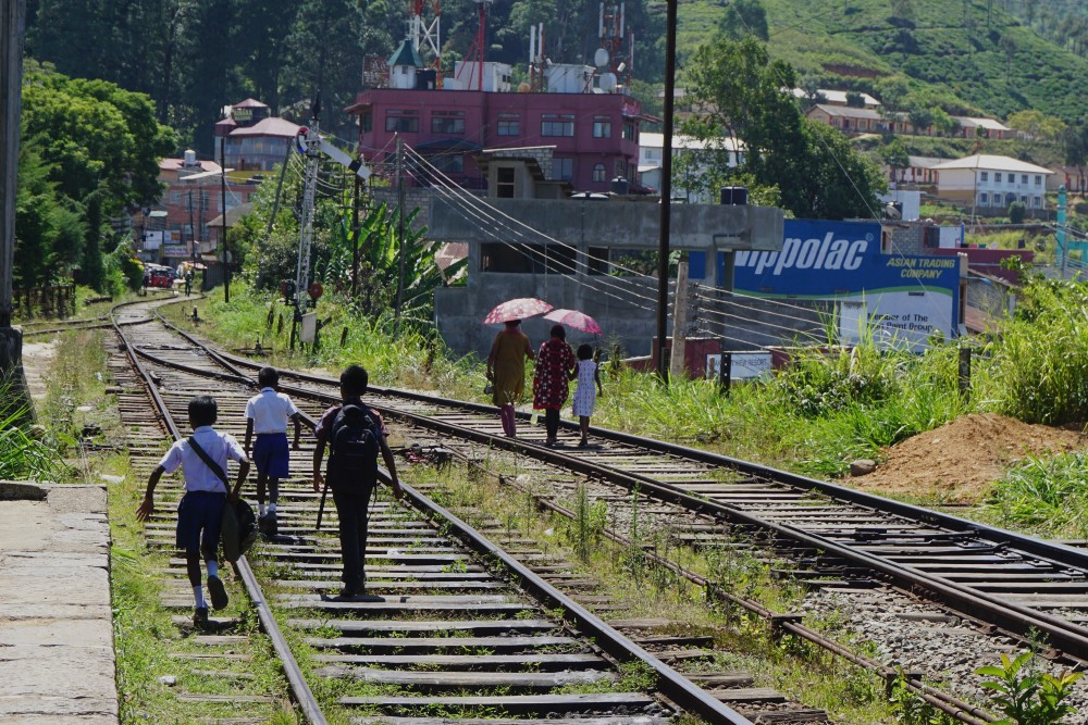 Curiosità sullo Sri Lanka: persone che camminano sui binari del treno nella Hill Country