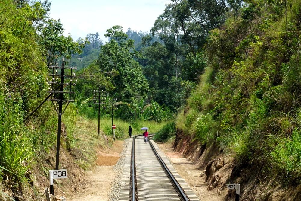 Curiosità sullo Sri Lanka: donna che cammina sui binari del treno nella Hill Country