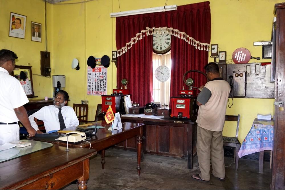 Curiosità sullo Sri Lanka: controllori nella stazione di Haputale