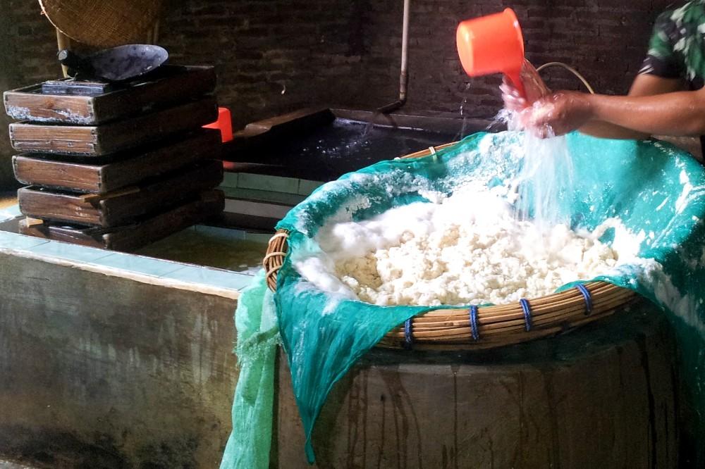 Fabbrica di tofu nel villaggio di Karang nei dintorni del Borobudur in Indonesia