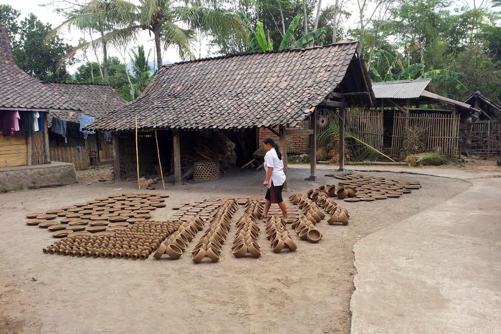 Produzione di ceramiche nel villaggio di Klipoh nei dintorni del Tempio Borobudur in Indonesia