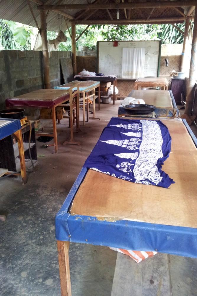 Tavoli per la lavorazione dei batik nel villaggio di Tingal nei dintorni del Tempio Borobudur in Indonesia