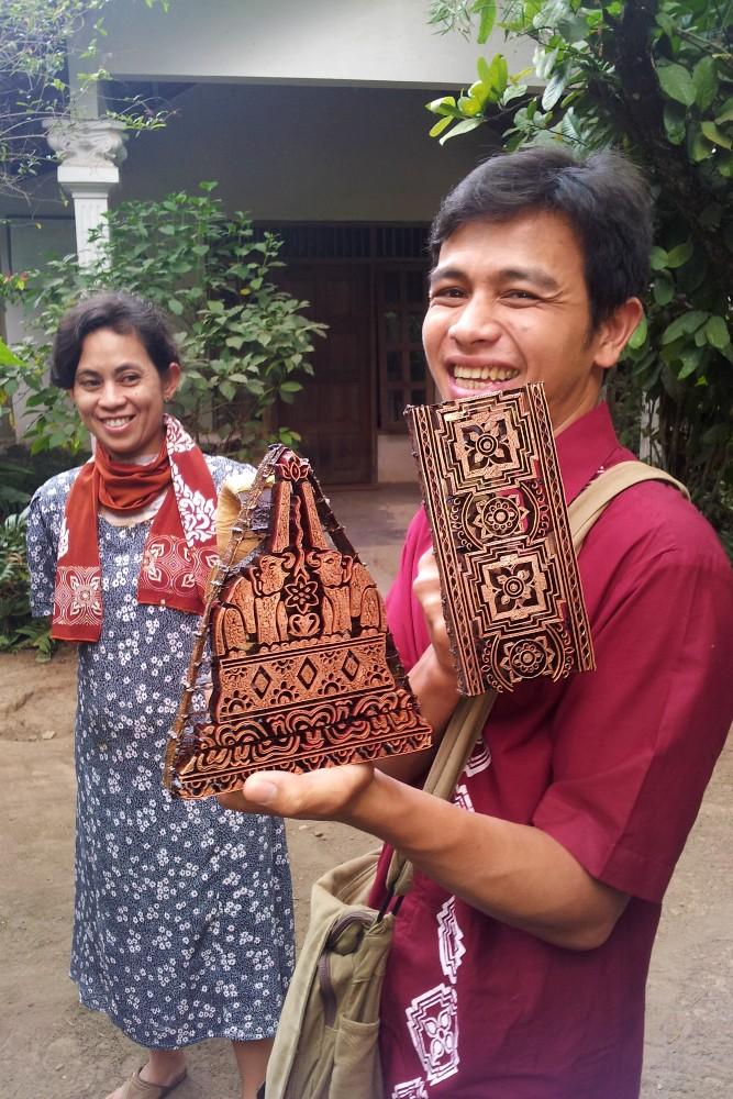 Stampi per la lavorazione dei batik nella fabbrica di Tingal in Indonesia
