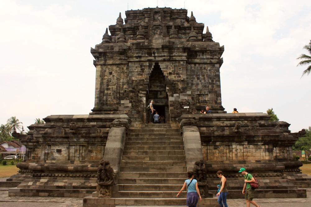 Tempio di Mendut nei dintorni del Borobudur in Indonesia