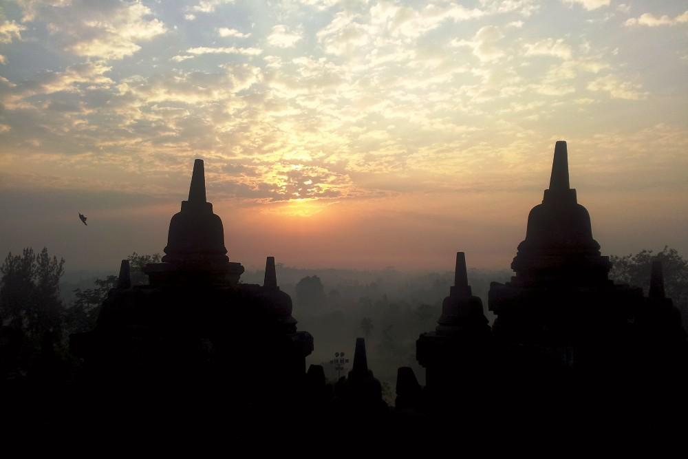 Tempio Borobudur in Indonesia: la luce dell'alba che illumina gli stupa