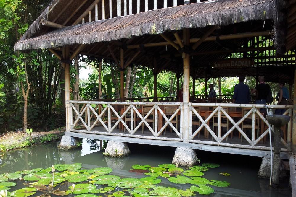 Ristorante Saung Makan Bu Empat in Indonesia con terrazze e corridoi sull'acqua