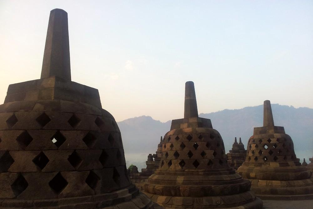 Stupa in pietra vulcanica nelle piattaforme circolari del Tempio Borobudur in Indonesia