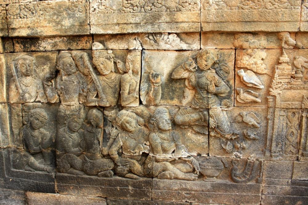 Pannello narrativo in pietra lungo il corridoio del Tempio Borobudur in Indonesia