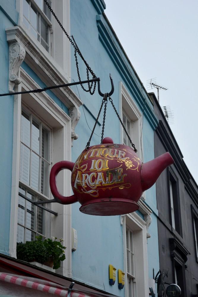 Insegna di un negozio di antiquariato in Portobello Road nel quartiere di Notting Hill a Londra