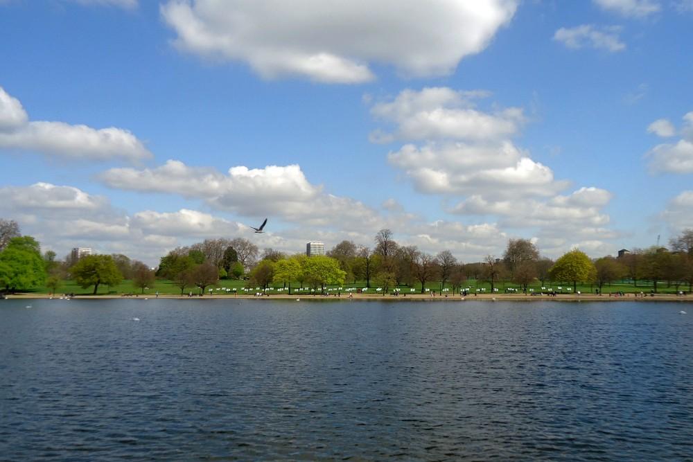 Cosa vedere a Londra: passeggiata nel verde di Hyde Park con il laghetto The Serpentine