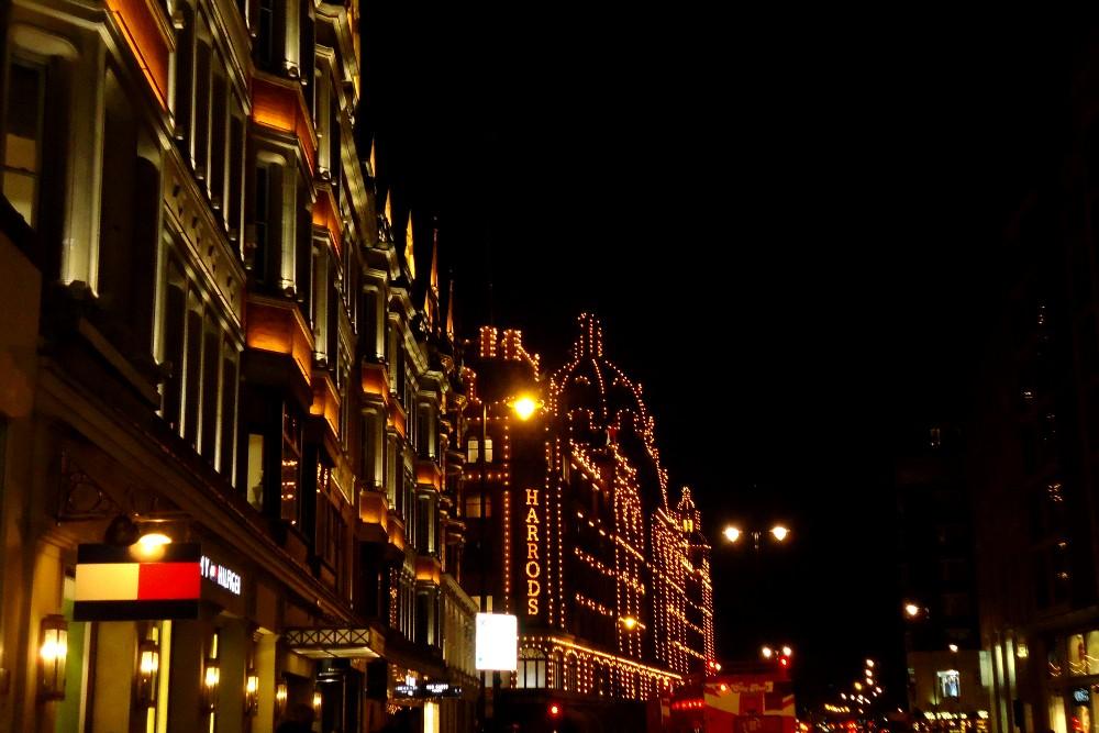 I grandi magazzini Harrods illuminati di sera nel quartiere di Knightsbridge a Londra