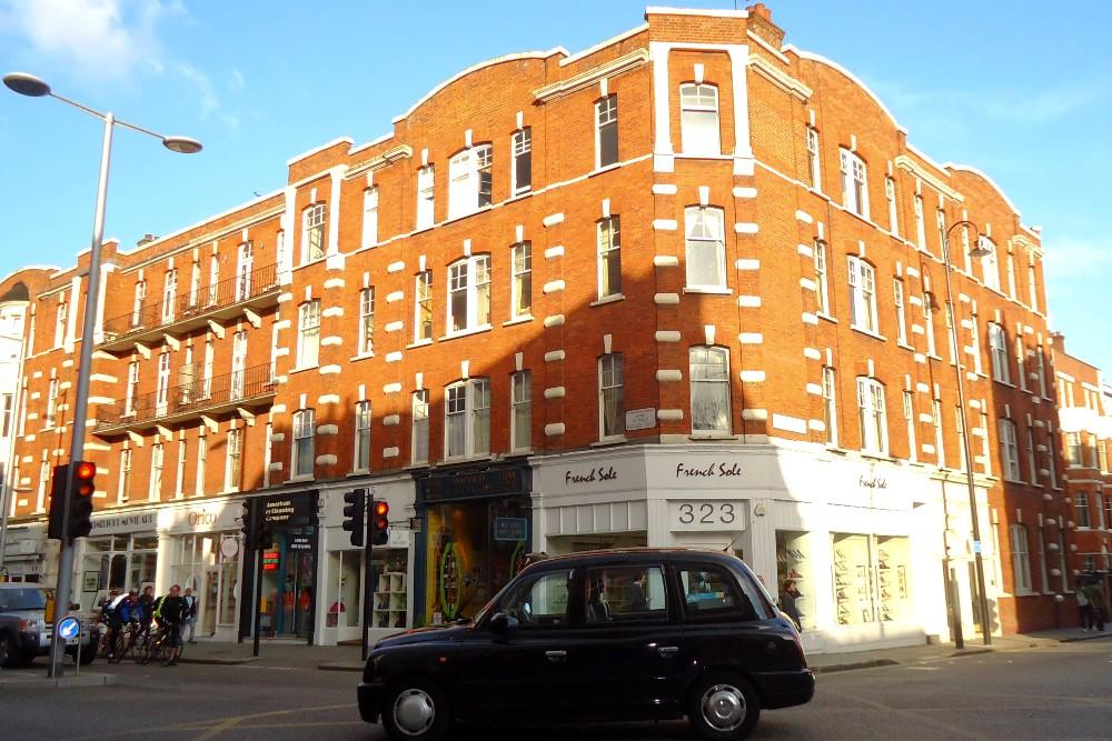 Negozi e palazzine in mattoni rossi nel quartiere di Chelsea a Londra