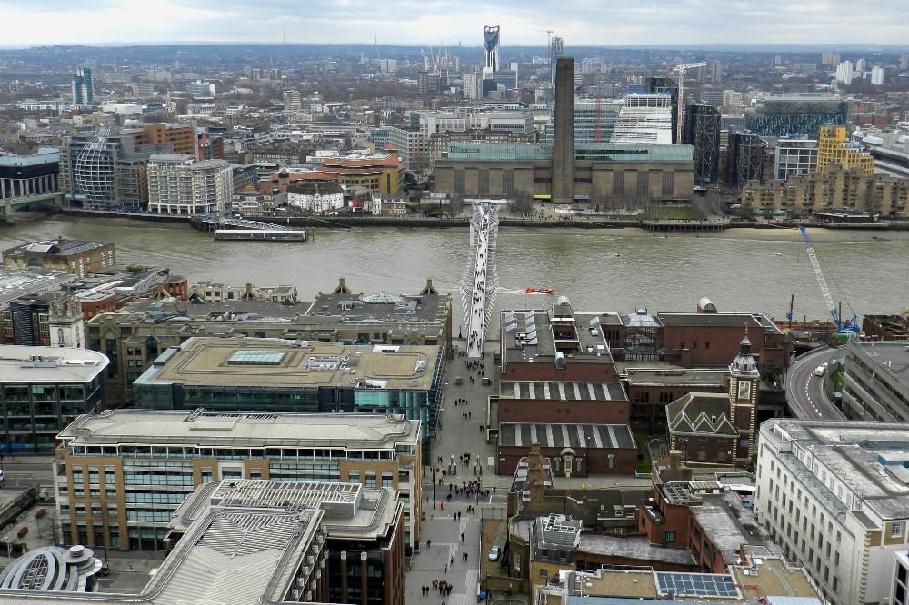 Veduta del Millennium Bridge e del Tamigi dalla cupola di St Paul's Cathedral a Londra