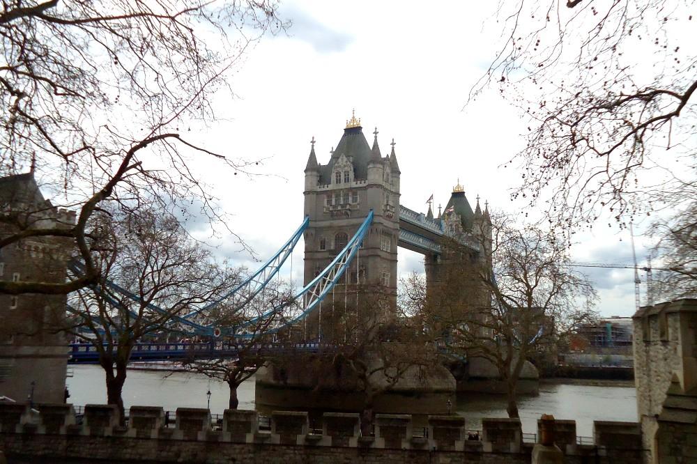 Cosa vedere a Londra: le torri del Tower Bridge che sovrastano il Tamigi viste dalla City
