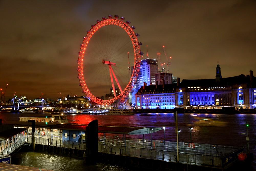 London Eye illuminato di sera nel South Bank a Londra