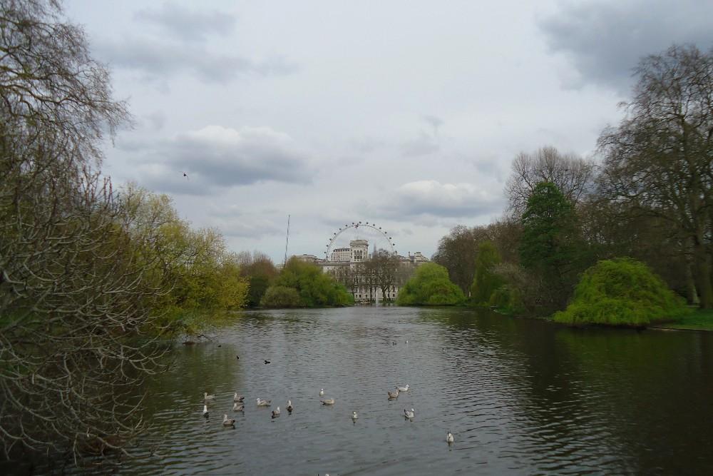 Attraverso il ponte del St James's Park Lake a Londra