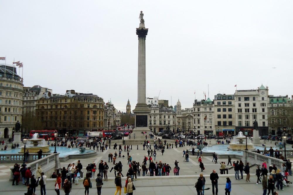 Trafalgar Square con le fontane e la colonna dell'ammiraglio Nelson a Londra