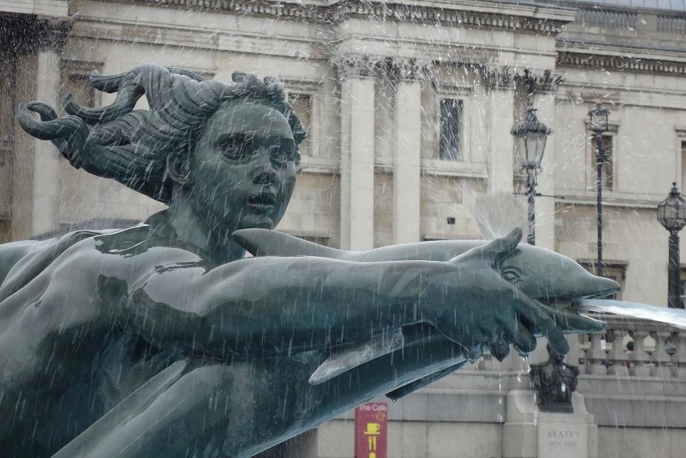 Dettaglio di una statua con delfino in una fontana di Trafalgar Square a Londra