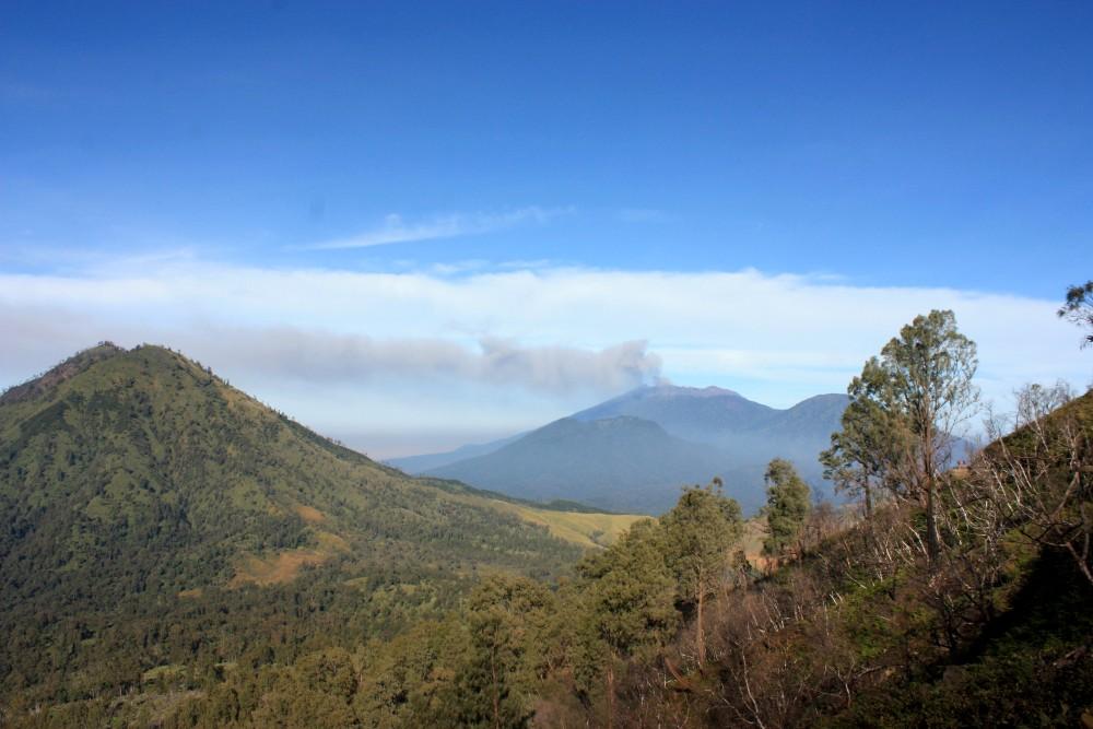 Vulcano Raung fumante nella regione dell'Ijen Plateau sull'Isola di Giava in Indonesia
