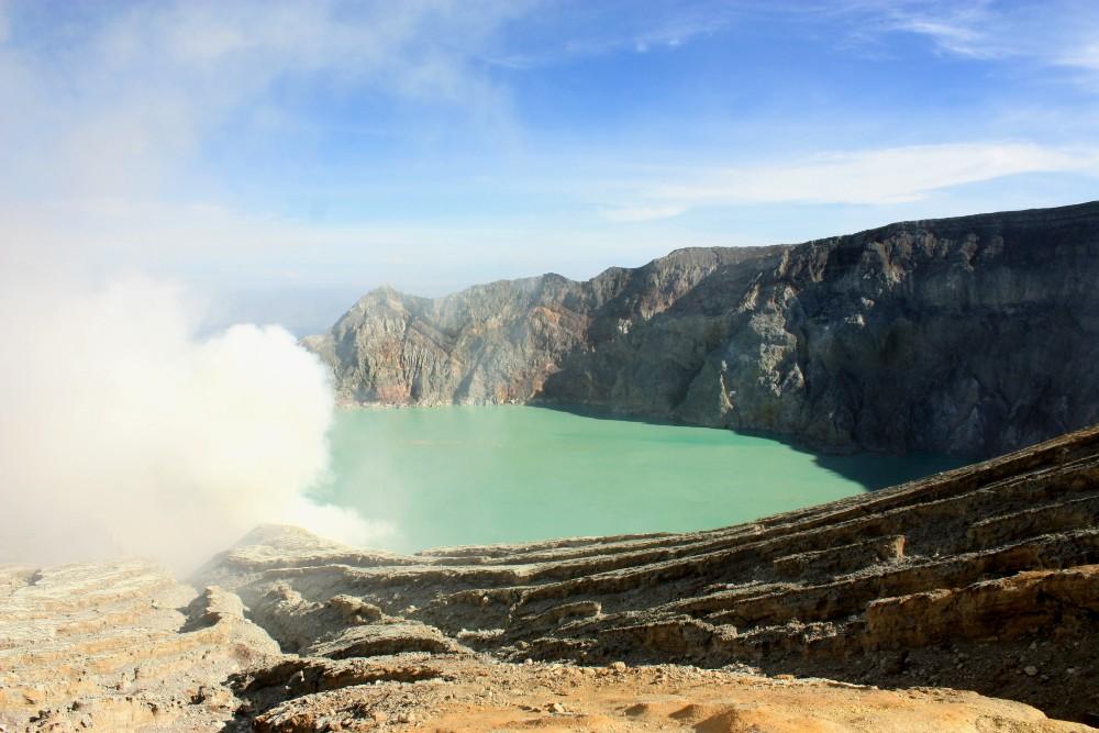 Lago sulfureo azzurro nel Kawah Ijen sull'Isola di Giava in Indonesia