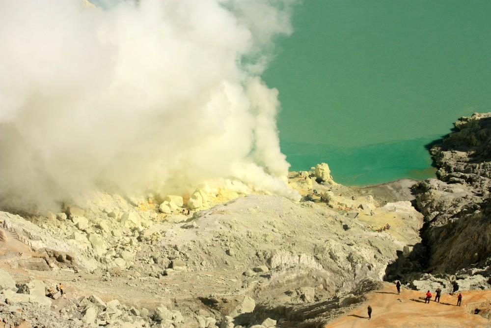 Pezzi di zolfo sulle rive del lago sulfureo del Kawah Ijen in Indonesia
