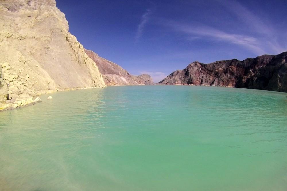 Lago sulfureo azzurro nel Kawah Ijen in Indonesia