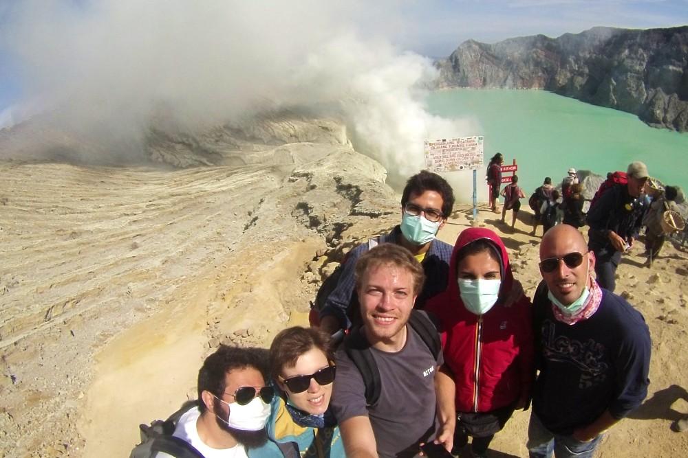 Foto di gruppo sul vulcano Ijen con il lago sulfureo sullo sfondo