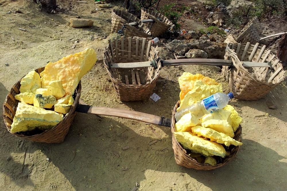 Cesti di zolfo estratto dai minatori nel Kawah Ijen sull'Isola di Giava in Indonesia