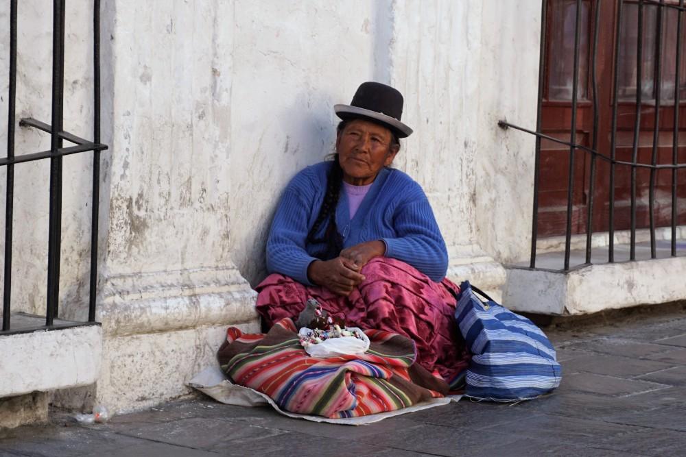 Donna per le strade di Arequipa in Perù