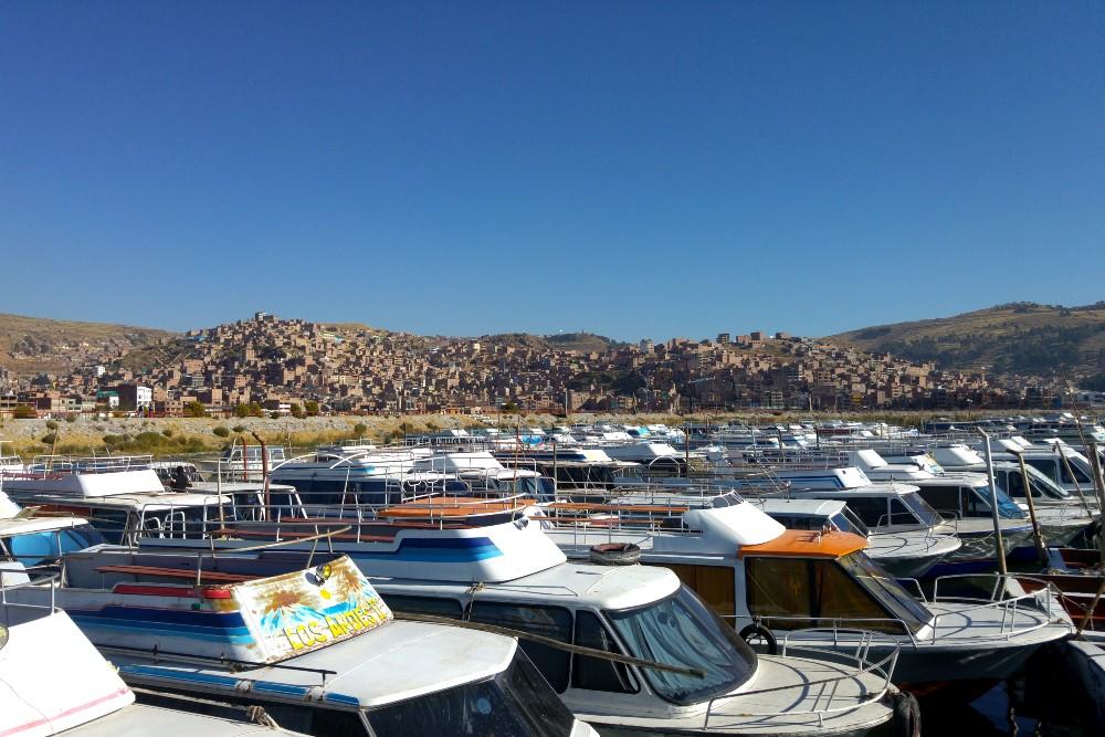 Porto di Puno sul Lago Titicaca in Perù