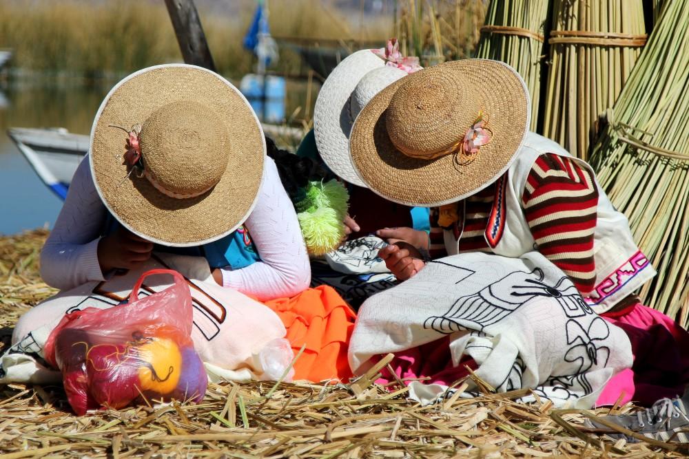 Donne degli Uros mentre ricamano sul Lago Titicaca in Perù