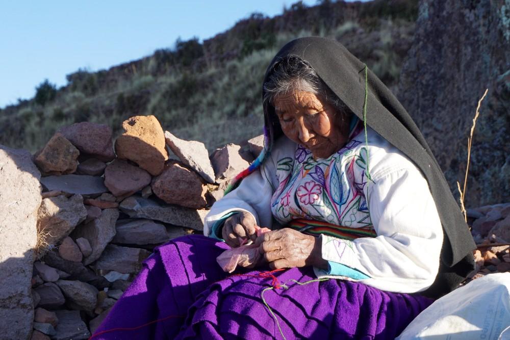 Donna che ricama sull'Isola Amantaní del Lago Titicaca in Perù