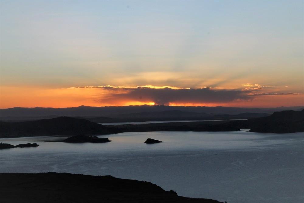 Tramonto sul Lago Titicaca dall'Isola Amantaní in Perù