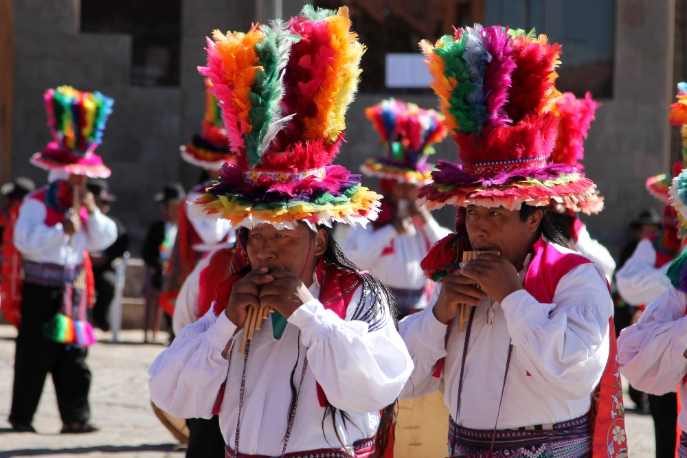 Festa in abiti tradizionali sull'Isola Taquile del Lago Titicaca in Perù