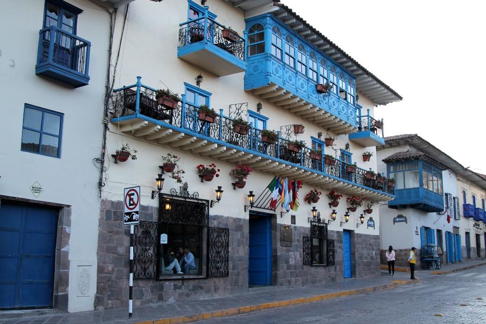 Balconi coloniali a Cuzco in Perù