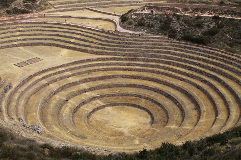 Cavità di Moray con cerchi concentrici nella Valle Sacra in Perù