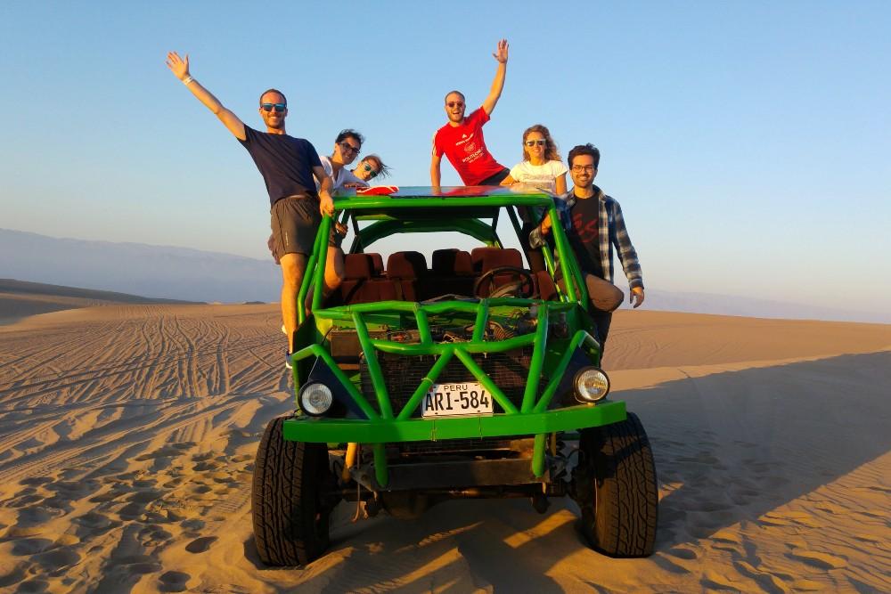 Tubulares e dune buggy nel deserto di Huacachina in Perù