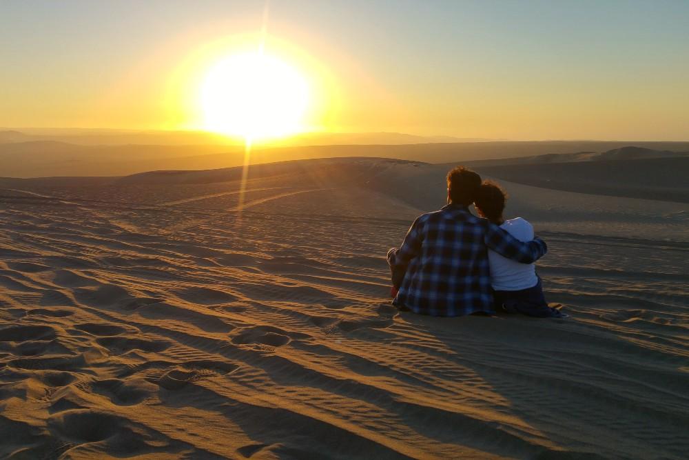 Tramonto nel deserto di Huacachina in Perù